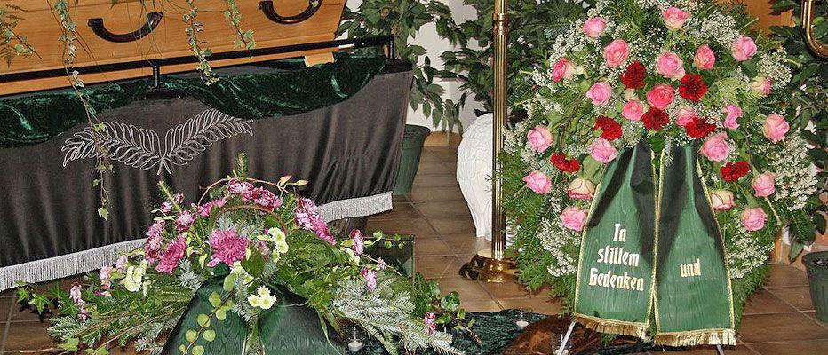 Gitas Blumeneck bietet Ihnen alles rund um die Tauerflorisik wie Kränze, Schleifen, usw.